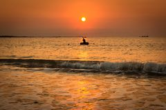 单独工作在日出的渔夫在藩朗-塔占市,Ninh Thuan,越南 免版税库存照片
