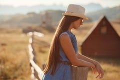 单独性感的妇女旅行乡下 免版税库存照片