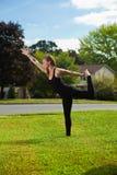 单独执行的执行女孩瑜伽年轻人 图库摄影