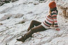 单独放松在岩石海边旅行生活方式时尚概念冬天的妇女假期室外 库存图片