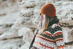 单独放松在岩石海边旅行生活方式时尚的女孩 库存照片