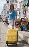 单独旅行在海边镇的妇女 库存照片