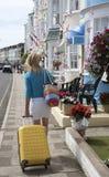 单独旅行在海边镇的妇女 库存图片