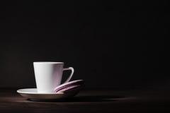 单独杯子在黑暗的样式黑色背景的espesso咖啡 免版税库存照片