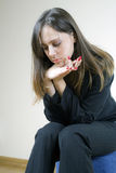 单独查找相当哀伤的等待的妇女年轻&# 库存照片
