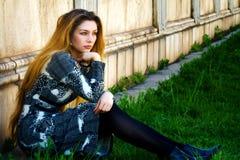 单独沉思哀伤的坐的孑然妇女 免版税图库摄影