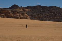单独沙漠沙丘人撒哈拉大沙漠 免版税库存照片