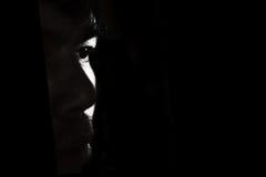 单独沮丧和绝望的人黑暗的 免版税库存照片