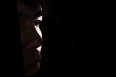 单独沮丧和绝望的人黑暗的 图库摄影