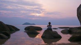 单独海上的女孩观看的日落,时间间隔 股票录像