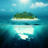单独海岛在海洋 免版税库存照片