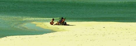 单独海滩睡椅水设计波纹使有雾反射的宗教靠岸 免版税库存照片