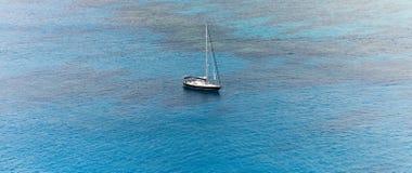 单独游艇航行在公海 免版税库存图片