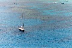 单独游艇航行在公海 图库摄影