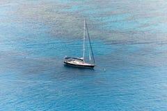 单独游艇航行在公海 免版税图库摄影