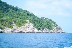 单独热带海岛在海洋 库存图片