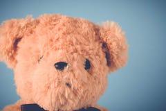 单独熊玩具在木桌上 免版税库存图片