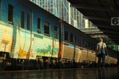 单独片刻的人在火车站 免版税库存照片