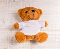 单独玩具熊玩具在木头 免版税库存图片