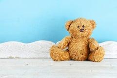 单独玩具熊玩具在白色木桌上 库存照片