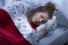 单独睡觉残破的妇女 免版税库存图片