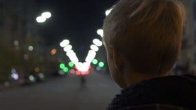 单独站立在大城市的后面观点的哀伤的无家可归的男孩,无处去,孤儿 股票录像