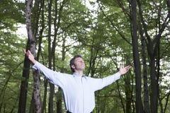 单独站立在森林里的无忧无虑的商人 图库摄影