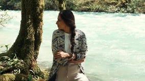 单独站立在河海岸和拿着她的肩膀的浪漫少妇 影视素材