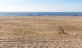 单独站立在海滩沙子的足球目标在北荷兰 库存照片