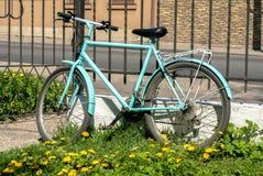 单独站立在篱芭附近的自行车 图库摄影
