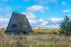 单独站立在领域的老房子 库存照片