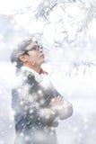 单独站立在飞雪中的英俊的人 库存照片