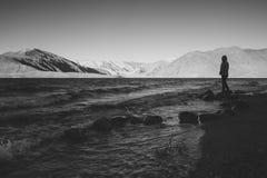 单独站立此外Pangong湖的妇女的黑白图象 免版税库存图片