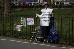 单独站立的黑人妇女,海德公园,伦敦,英国 免版税库存照片