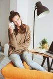 单独美丽的女性体贴的少妇室内画象在有茶的屋子里或咖啡 库存照片