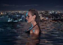 单独美丽的肉欲的妇女无限游泳池的 图库摄影