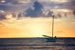 单独航行海上的渔船 免版税库存照片