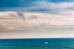单独船在蓝色海 库存图片