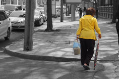 单独走在城市的亚裔盛大妈妈 免版税库存照片