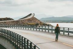 单独走在大西洋路的妇女游人在挪威 库存照片