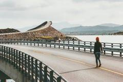 单独走在大西洋路的妇女 库存图片