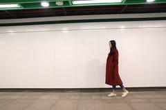 单独走在晚上的妇女 库存照片