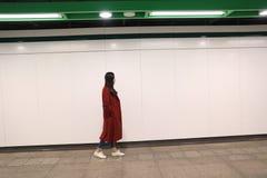 单独走在晚上的妇女 免版税库存照片