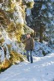 单独走在森林里的一个人 免版税库存照片