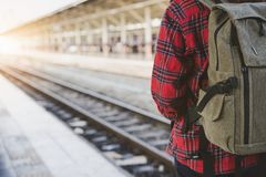 单独走在火车站平台的年轻亚裔妇女背包徒步旅行者旅客 免版税库存图片