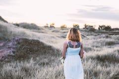 单独走在草甸,寂寞的哀伤的妇女 免版税图库摄影