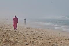 单独走在非洲海滩 库存图片