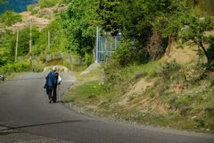 单独走沿路的老人 图库摄影