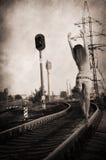 单独走沿铁路轨道的女孩 图库摄影