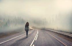 单独走的女孩 免版税图库摄影
